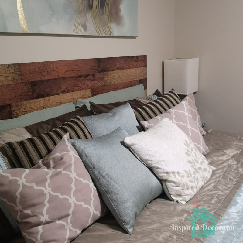 This guest bed has a great pillow game! There is a mixture of colors and patterns in these bedding pillows.  www.inspireddecorator.com